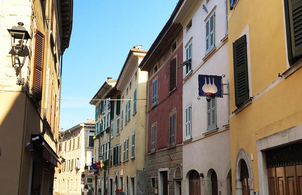 la trattoria si trova in pieno centro storico di Gargnano